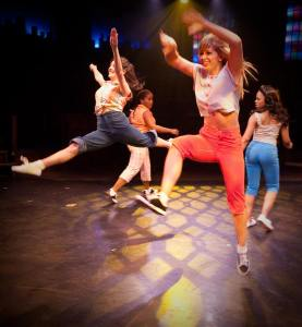 Female ensemble members Amanda Kaplan (l) and Rachel Kemp (r) dancing in Memphis